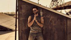 Американский актер Крис Эванс в солнечных очках