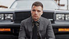 Американский актер Себастиан Стэн в костюме у машины