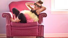 Обои девочка, кресло, очки