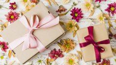 Две коробки с подарками на столе с цветами хризантемы
